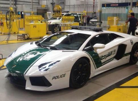 Lamborghini Aventador gắn mác xe cảnh sát Dubai