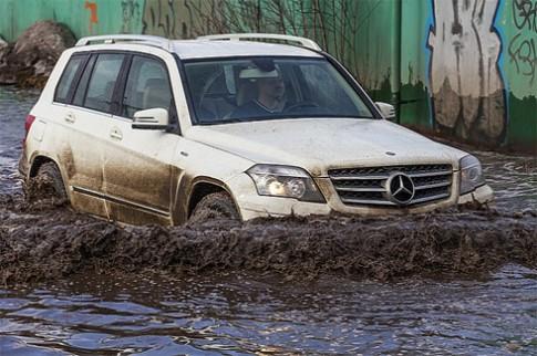 Xe hơi lội nước bùn đen