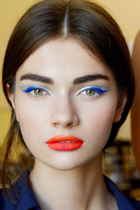 Ấn tượng với khuôn mặt make up màu neon