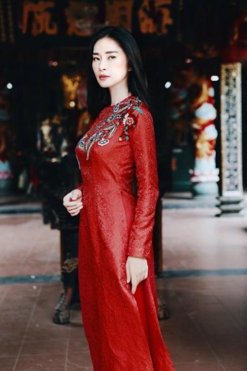 ''Đả nữ'' Ngô Thanh Vân e ấp bất ngờ với áo dài đỏ thắm