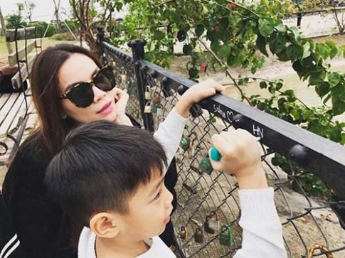 Hồ Ngọc Hà tình cảm cõng con trai trên phố đông Hà Nội