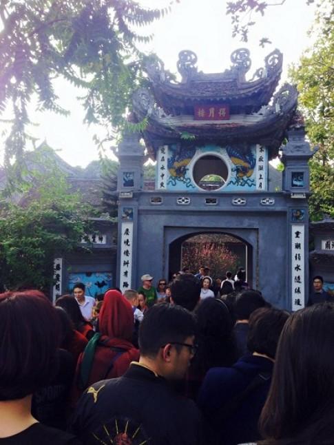 Đền Ngọc Sơn, chùa Linh Ứng quá tải đầu năm