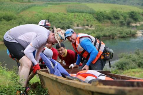 Đua thuyền độc mộc thử thách tinh thần đồng đội