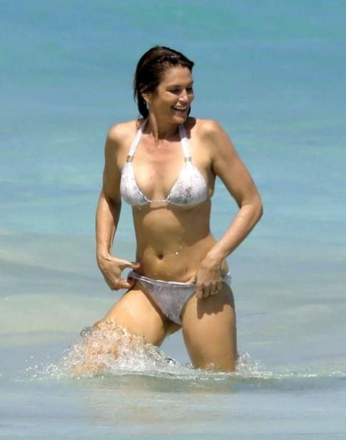 Hình thể bikini nuột nà hơn gái 20 của mỹ nhân U60, U70