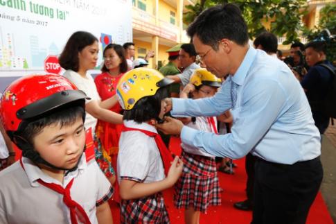 Honda tặng 20.000 mũ bảo hiểm cho học sinh