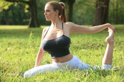 Mẫu lai có khuôn ngực 110cm gây xôn xao khi tập yoga