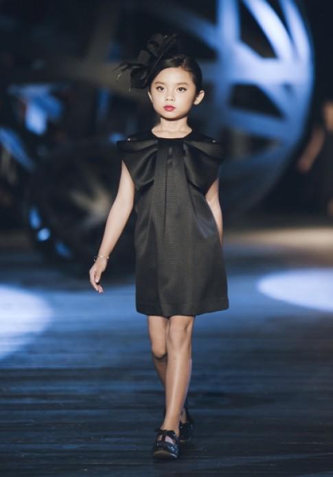 Mẫu nhí catwalk với đầm đen