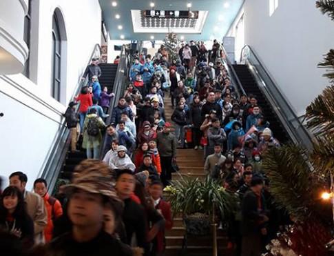 Mưa gió, hàng nghìn du khách vẫn leo Fansipan ngày đầu năm