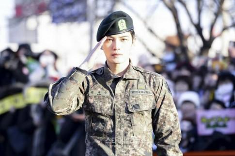 Mỹ nam Hàn Quốc quyến rũ không ngờ trong quân phục