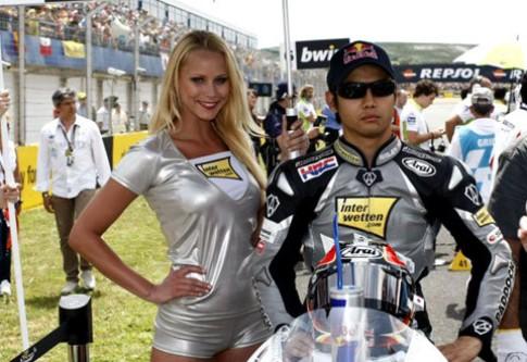 Người mẫu trên đường đua motoGP Valencia