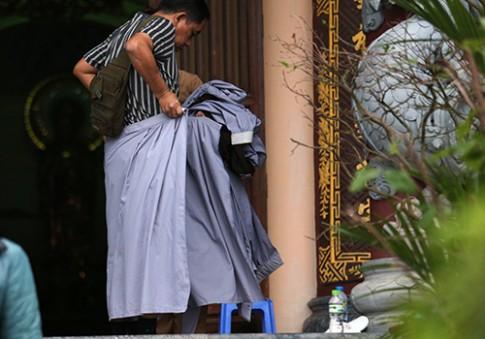 Nhà chùa cho khách mượn váy quây để 'không mặc phản cảm'