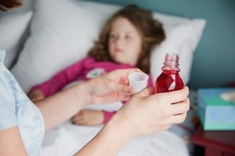 Những sai lầm của cha mẹ khi cho bé uống thuốc