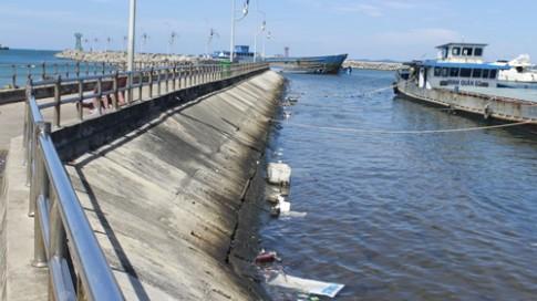 Rác nổi lềnh bềnh trên biển Phú Quốc