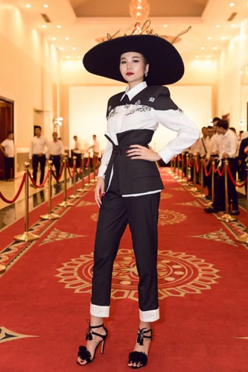 Thanh Hằng đội nón gắn tên, Hoàng Yến diện mốt giấu quần đi chấm thi