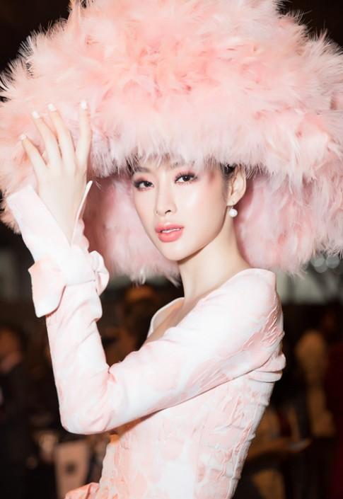 Thì ra ý tưởng chiếc mũ lông của Angela Phương Trinh xuất hiện trong khi Hoàng Ku ăn lẩu