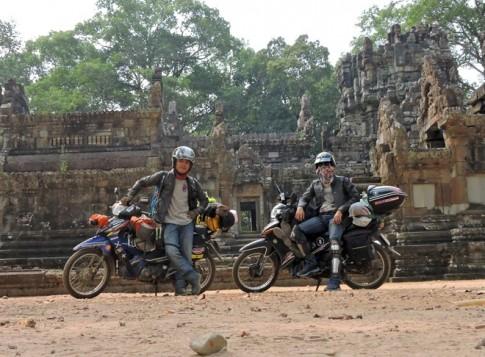 Với 17 triệu VND/người, 2 chàng trai phượt xe máy đi 7 nước
