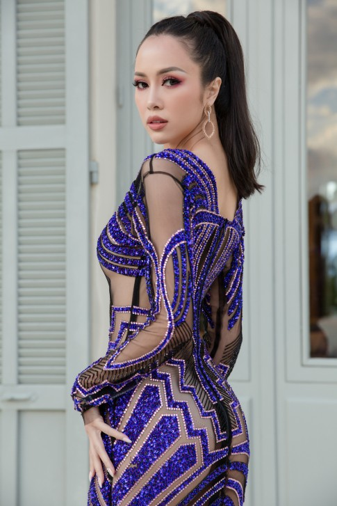 """Vũ Ngọc Anh """"mặc như không"""" với bộ đầm xuyên thấu ngày cuối sải bước trên thảm đỏ Cannes"""