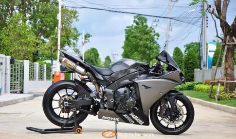 Yamaha R1 đen xám rắn rỏi từng centimet