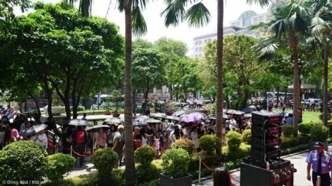 Cận cảnh chiếc túi mà giới trẻ Sài Gòn xếp hàng từ tờ mờ sáng để có được, xứng đáng hay không?