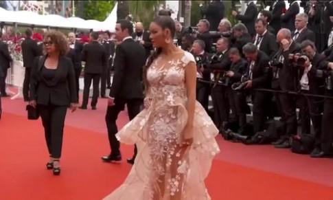 Cannes ngày 2: mốt ngực trần, xuyên thấu khuấy động thảm đỏ