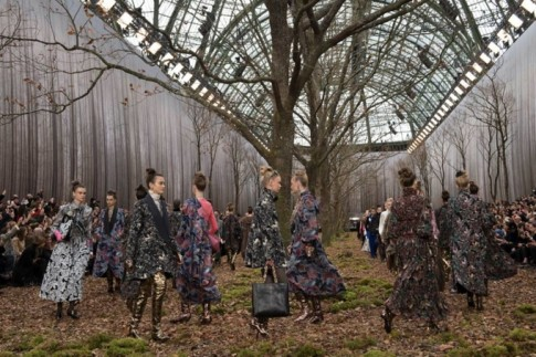 Chanel tái xuất tuần lễ thời trang Paris với khu rừng mùa thu lá vàng đầy ma mị