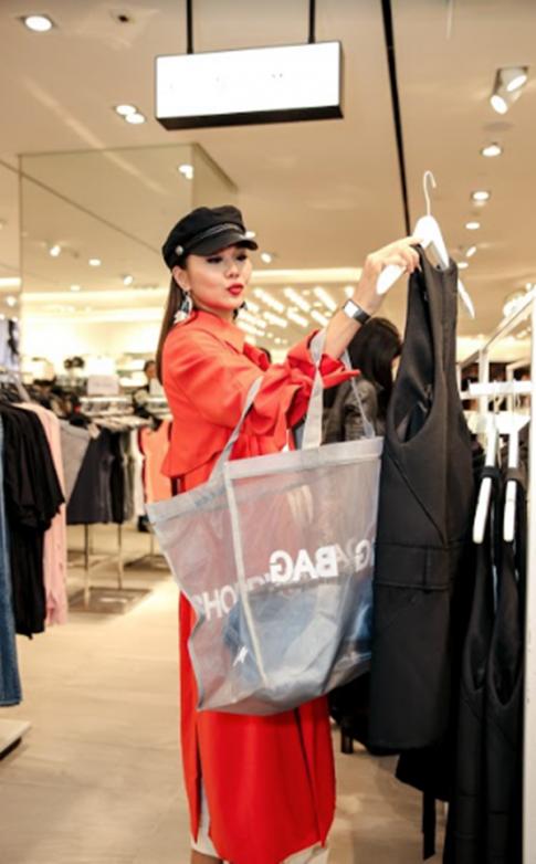 Chỉ đi shopping thôi mà Angela Phương Trinh còn mặc đồ nổi hơn cả Thanh Hằng