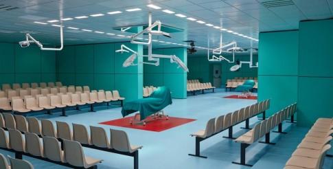 Cứ tưởng sàn runway của Chanel là nhất nhưng 'phòng phẫu thuật' của Gucci mới đáng nể