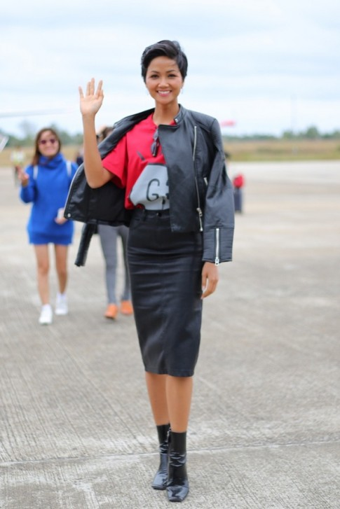 Cuối cùng, H'Hen Niê cũng sở hữu chiếc túi hàng hiệu đầu tiên