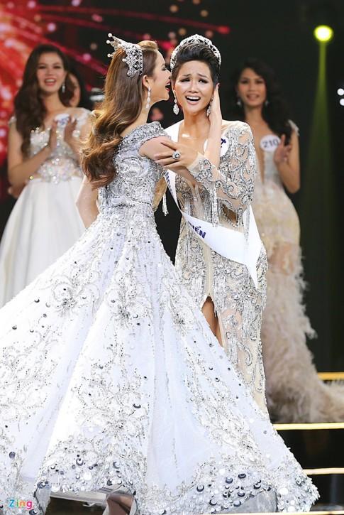 Cựu Hoa hậu Phạm Hương ăn diện lộng lẫy như bà hoàng lấn át cả Tân Hoa hậu H'Hen Niê