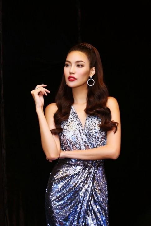Đã lâu lắm rồi mới thấy Lan Khuê mặc váy hở ngực 'sexy' như thế này