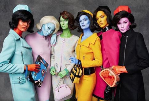 Dàn mẫu '7 sắc cầu vồng' đậm chất 'Điện máy xanh' phủ kín show diễn mới của Moschino