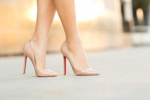 Đi giày cao gót và những nguy cơ mẹ bầu phải đối mặt