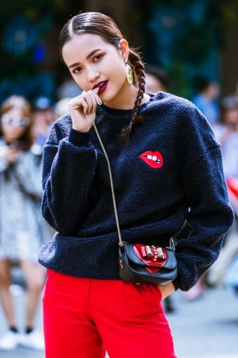 Giới trẻ Việt 'làm loạn' thời tiết tại VIFW: Người mặc áo lông mùa Đông, kẻ diện áo trễ vai mùa Hè