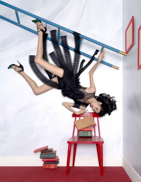 Hé lộ bí mật đằng sau những bức ảnh treo ngược của thí sinh Next Top Model