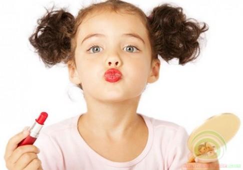 Hiểm họa khôn lường từ việc cho trẻ dùng mỹ phẩm sớm