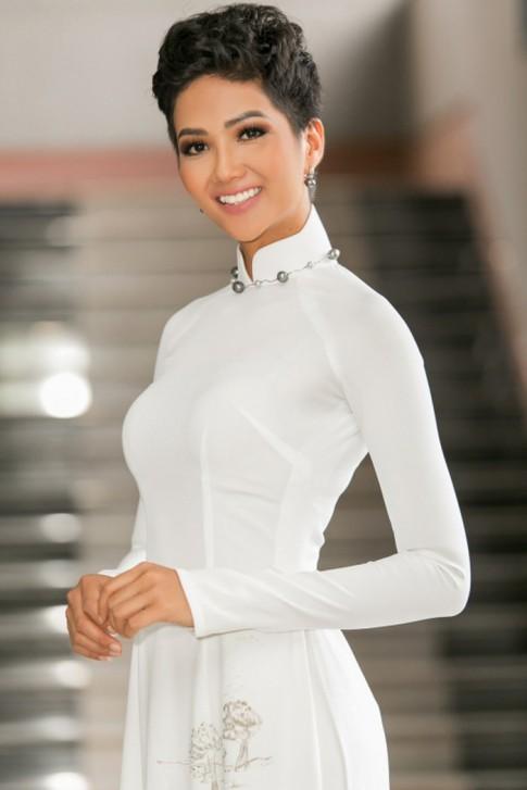 Hoa hậu H'Hen Niê dịu dàng, nữ tính khi diện áo dài trắng
