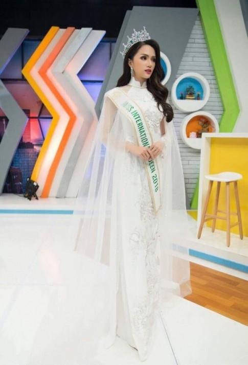 Hương Giang Idol thật 'cao tay' khi tiếp tục mặc áo dài lên sóng truyền hình Thái