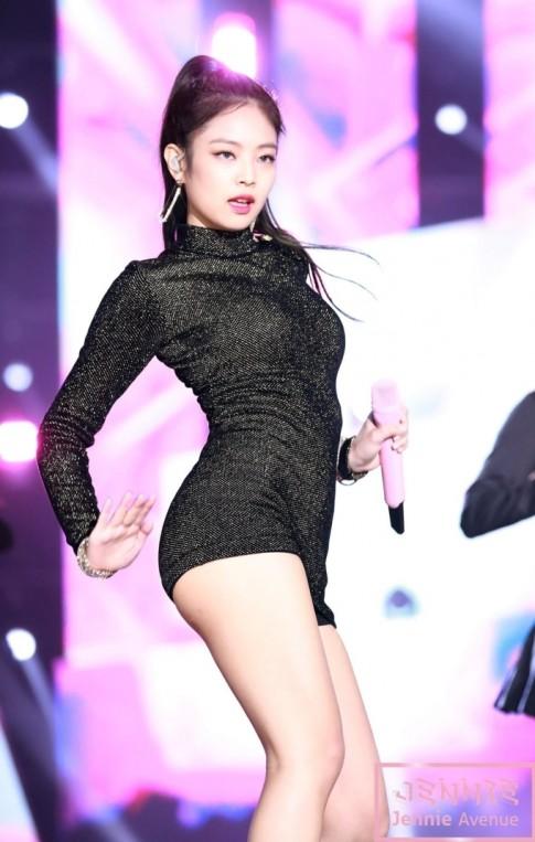 Jennie (Black Pink) gây 'sốt' vì khoe body hoàn hảo với chiếc váy hàng hiệu xa xỉ