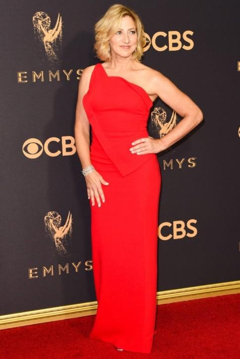 Không ai hẹn ai nhưng 3 màu đỏ - đen - ánh kim đã phủ kín lễ trao giải Emmy 2017