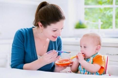 Mẹ cần chuẩn bị những gì cho bữa ăn dặm đầu tiên của bé?
