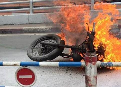 Môtô giống Harley cháy trụi