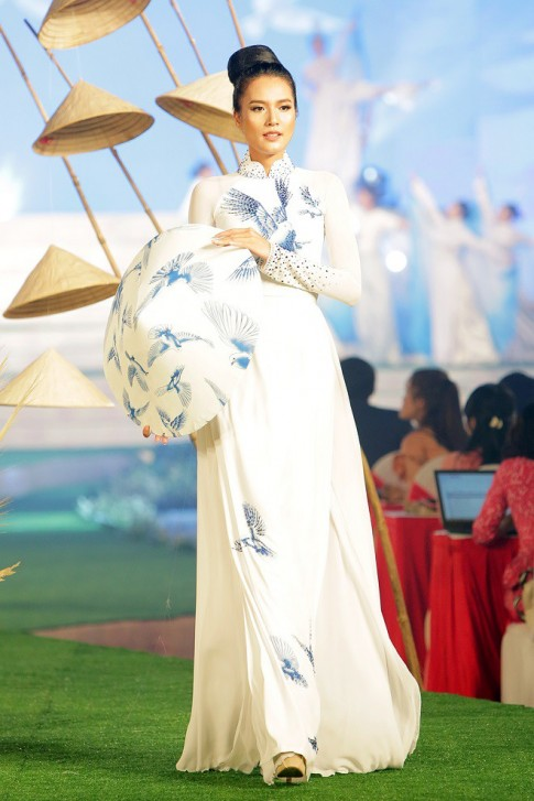 """Ngô Nhật Huy gây ấn tượng với bộ sưu tập áo dài """"Giấc mơ hòa bình"""""""