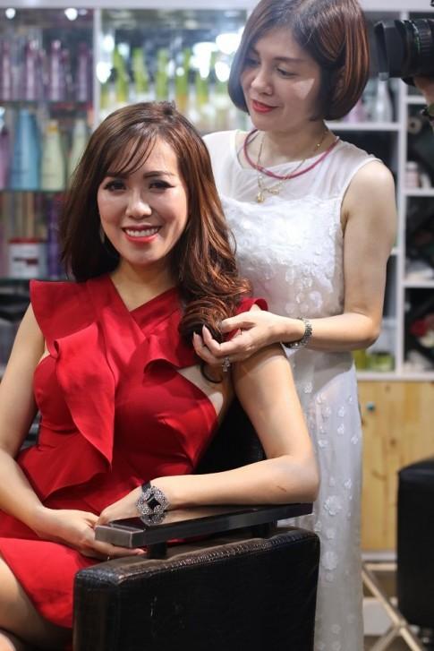 Nhà tạo mẫu Quỳnh Hương hướng dẫn cách chăm sóc tóc xoăn cùng Hot girl Mai Thỏ
