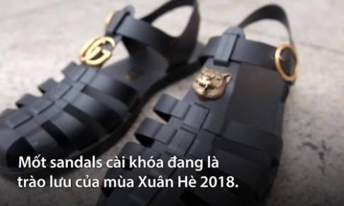 Nhiều người bất ngờ vì sandals hiệu giống dép rọ giá 11 triệu