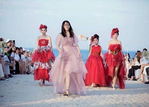 NTK Thảo Nguyễn bế con trai lên sàn catwalk cùng dàn công chúa đáng yêu!