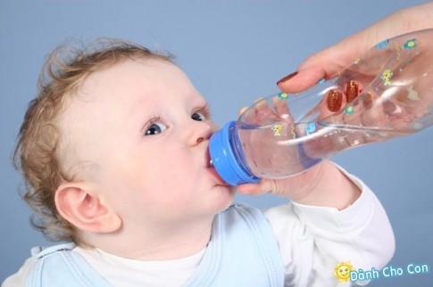 Nước uống lành mạnh mẹ nên bổ sung cho bé yêu mùa hè