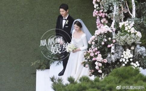 Ơn giời, cuối cùng cũng đã có một bức ảnh rõ nét để fan thỏa sức ngắm nhìn váy cưới của Song Hye Kyo