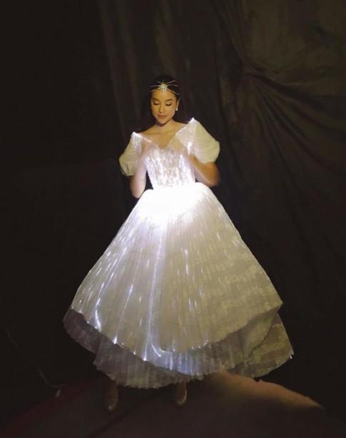 Phạm Hương trở thành nữ hoàng thảm đỏ khi 'trùng' ý tưởng váy phát sáng với Angela Phương Trinh và Claire Danes