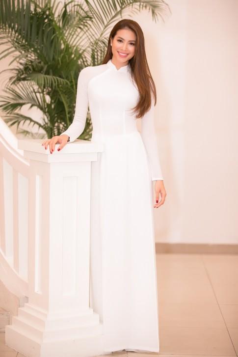 Rũ bỏ đầm váy lộng lẫy, Phạm Hương diện áo dài trắng nhận học bổng 1 tỷ đồng
