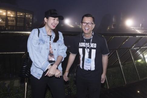 Siêu mẫu Thanh Hằng dầm mưa thể hiện sự chuyên nghiệp và đỉnh cao catwalk trên cây cầu Vàng